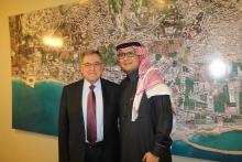 الرئيس السنيورة والسفير السعودي وليد البخاري امام صورة جوية لمدينة صيدا في مكتب الرئيس السنيورة في الهلالية